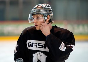 <p>Berlins Neuzugang Corey Locke beim ersten Eistraining. Foto: City-Press</p>