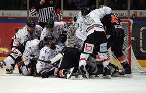 Huskies verlieren auch beim Aufsteiger in Deggendorf, Spieldauerstrafe gegen Freiburgs Goalie Hertel, MacAulay-Hattrick für Tölz
