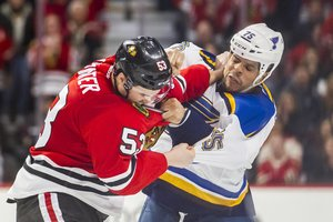 <p> Brandon Mashinter (links) während seiner Zeit bei den Chicago Blackhawks im Fight mit Ryan Reaves von den St. Louis Blues.</p><p>Foto: imago</p><br/>