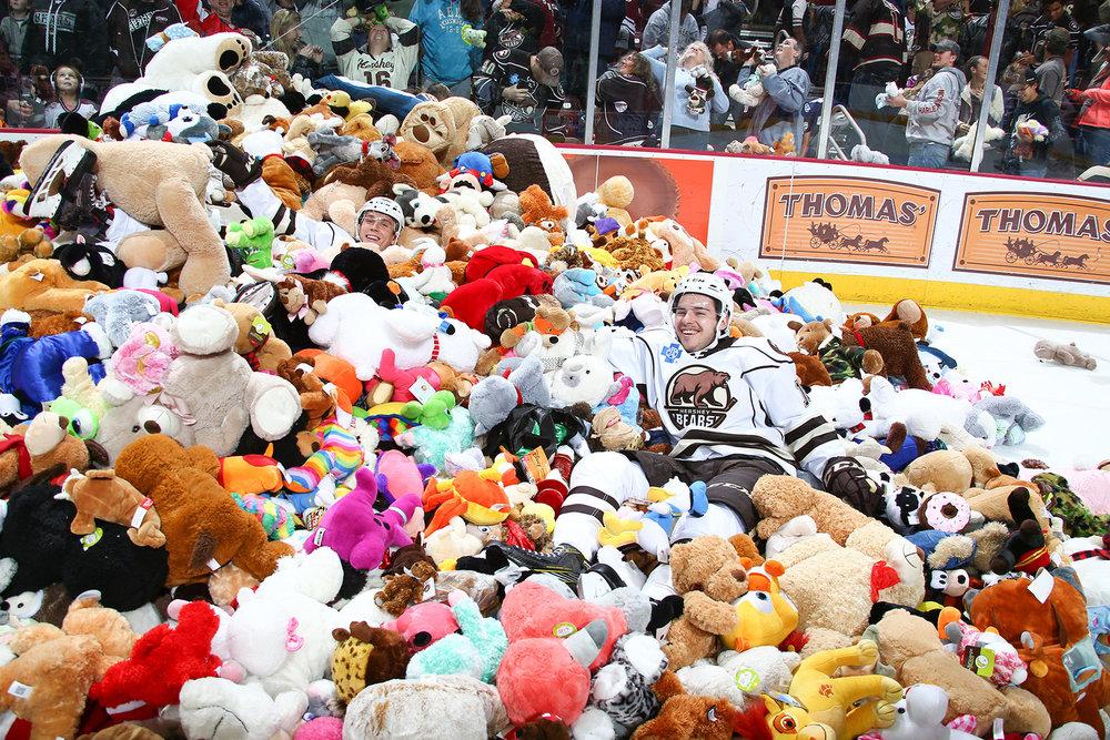 Weltrekord in Hershey: Fans werfen bei Teddy Bear Toss mehr als 34.000 Plüschtiere auf das Eis