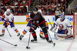 New York Islanders verlieren bei Kühnhackls Saisondebüt erneut, perfekter Start für Carolina – Erstes AHL-Tor für Nico Sturm