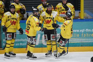 Alex Nikiforuk mit Hattrick im Topspiel, Tölzer Siegesserie erreicht neun Spiele, alle Kellerkinder punkten