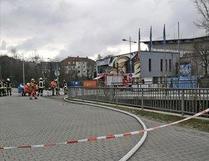 Ammoniak-Unfall im Straubinger Eisstadion: Knapp 250 Personen evakuiert, 14 Verletzte, rund 500 Einsatzkräfte zur Hochphase im Einsatz