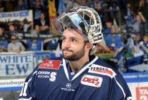 Goalie Marco Eisenhut hütet weiter das Tor der Dresdner Eislöwen