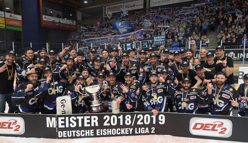 Bildergalerie: Ravensburg Towerstars zelebrieren nach Sieg in der Finalserie gegen die Löwen Frankfurt die DEL2-Meisterschaft