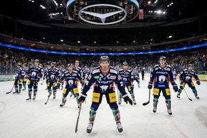 Eisbären Berlin schlagen Schwenninger Wild Wings 5:1 – Heimrecht im Viertelfinale sicher