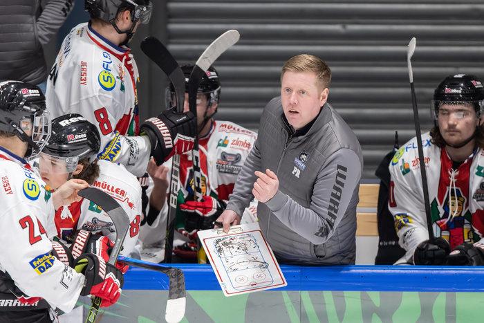 Erfolg weckt Begehrlichkeiten: Freiburgs Trainer Peter Russell wechselt zur kommenden Saison nach Ravensburg